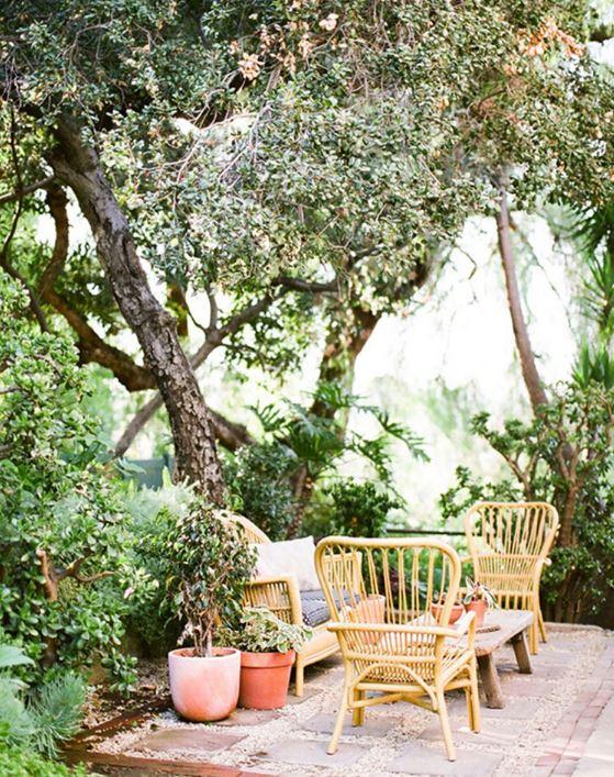 Trong khoảng sân nhiều cây, bộ bàn ghế được cách điệu từ tre trúc khiến cuộc sống gần với thiên nhiên hơn