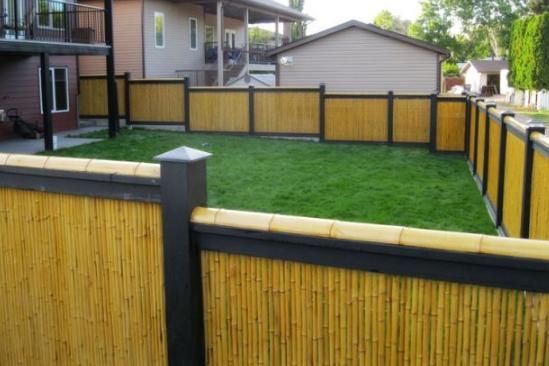 Hàng rào bằng trúc kết hợp thanh sắt mang lại vẻ chắc chắn và không gian riêng của ngôi nhà bạn
