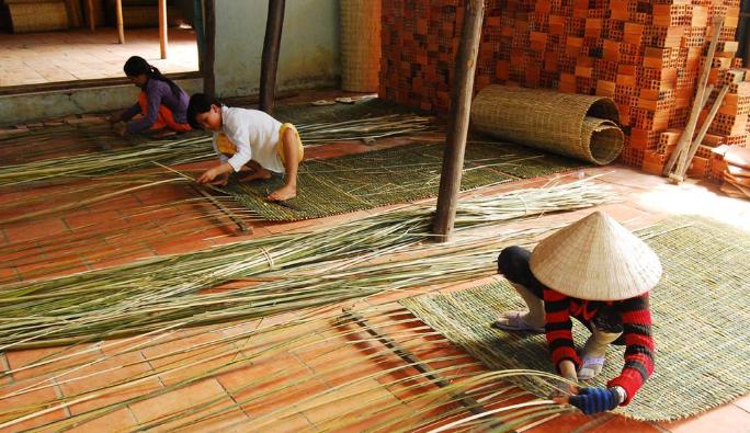 Người lao động đang đan mê bồ thủ công