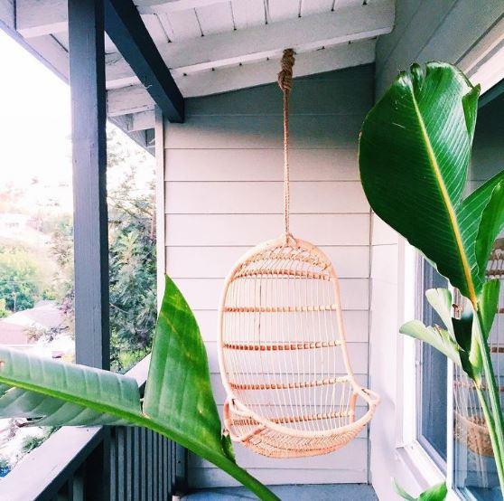 Một góc nhỏ bên hiên nhà không đủ để bộ bàn ghế nhưng vẫn có thể treo được chiếc chõng tre cách điệu đẹp mắt mà vẫn ngồi thoải mái