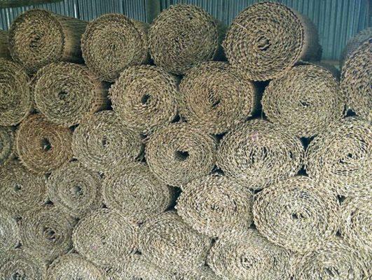 Sau khi đan xong những tấm mê bồ sẽ được cuộn lại để cho cho khách
