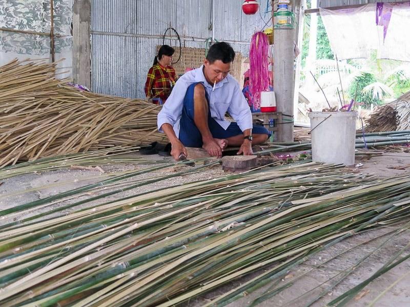 Hình ảnh người dân chuẩn bị nguyên liệu để đan mê bồ