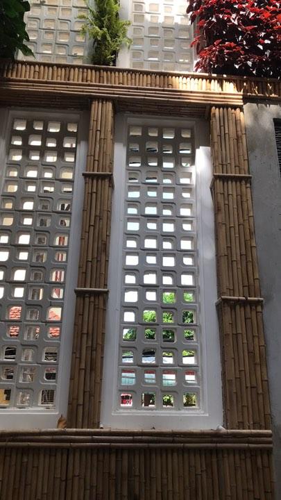 Hình ảnh ốp vách tre phối hợp với kiến trúc của công trình